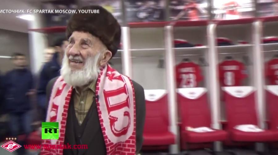 Футболисты «Спартака» передали полмиллиона рублей ограбленному 102-летнему болельщику