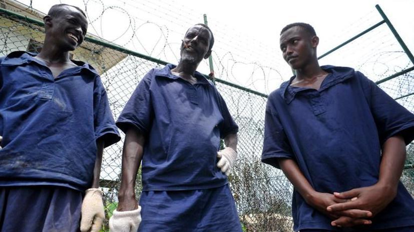 Сомалийские пираты играют в волейбол в тюрьме Сомалиленда
