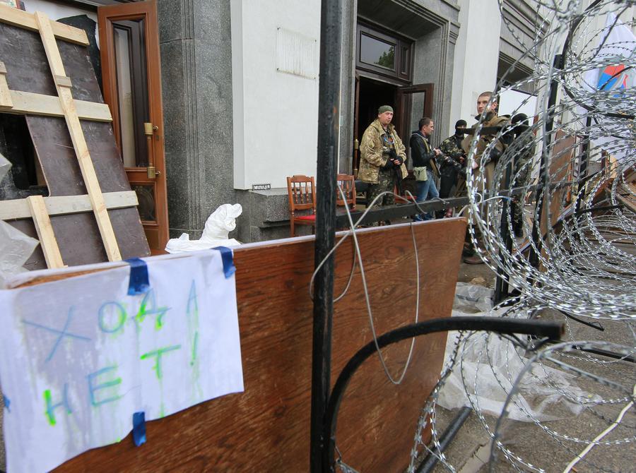 Очевидцы: Сторонники федерализации берут штурмом военкомат в Луганске