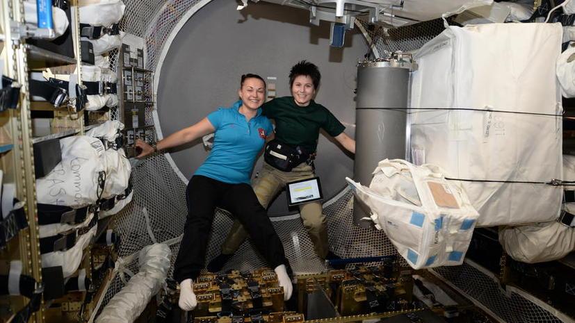 Космонавты с МКС опубликовали фотографии эксперимента по созданию спутников в невесомости