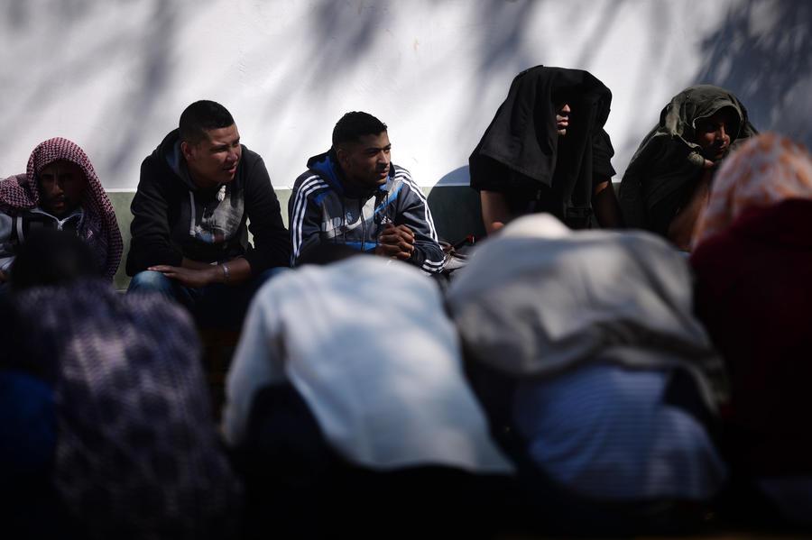 Десятки тысяч сирийских беженцев застряли на границе с Иорданией без еды и воды