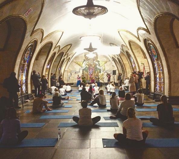 Днём и ночью, на земле и под землёй: в московском метро прошла «Ночь йоги»