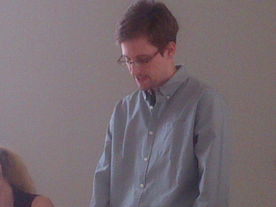 Опрос: Россияне одобряют поступок Эдварда Сноудена