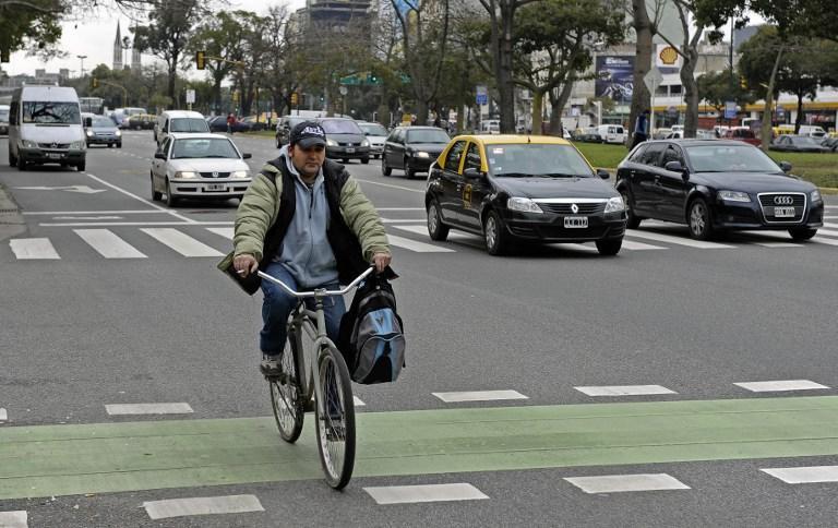 Правительство обязало водителей уступать дорогу велосипедистам