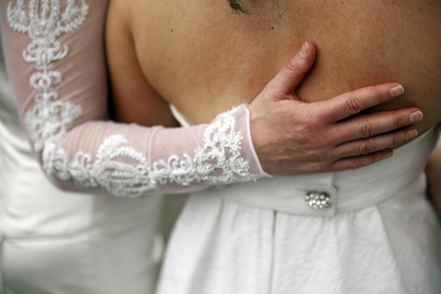 Госдума РФ приняла закон о запрете усыновления российских сирот однополыми парами