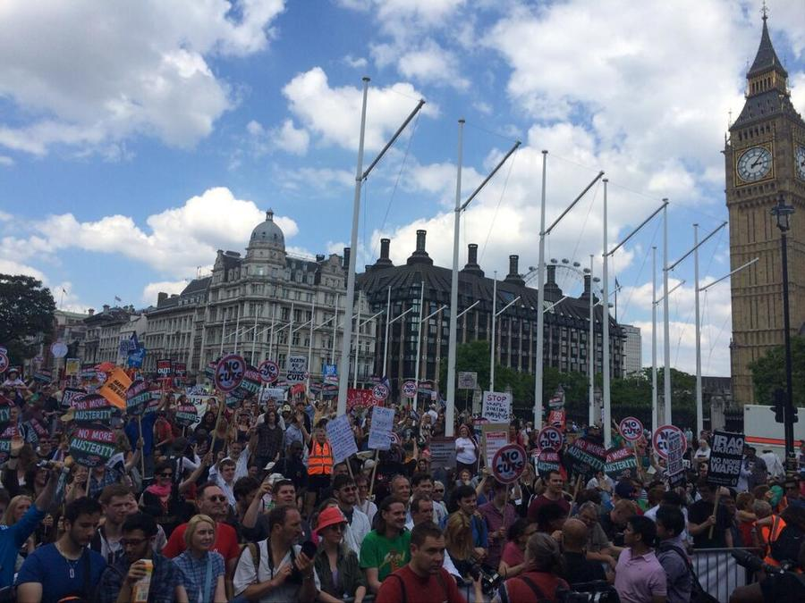 В Лондоне тысячи демонстрантов проводят акцию против политики правительства