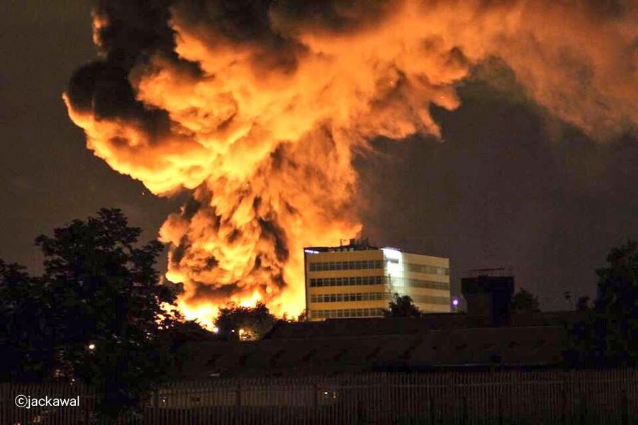 На заводе в Великобритании горят 100 тыс. тонн пластмассы