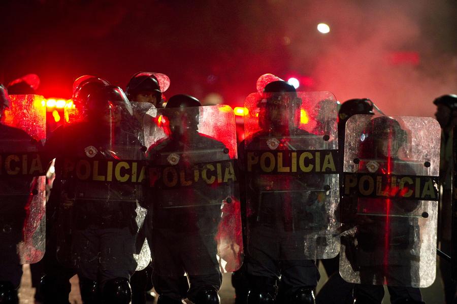 В Бразилии тысячи студентов протестуют против повышения цен на проезд