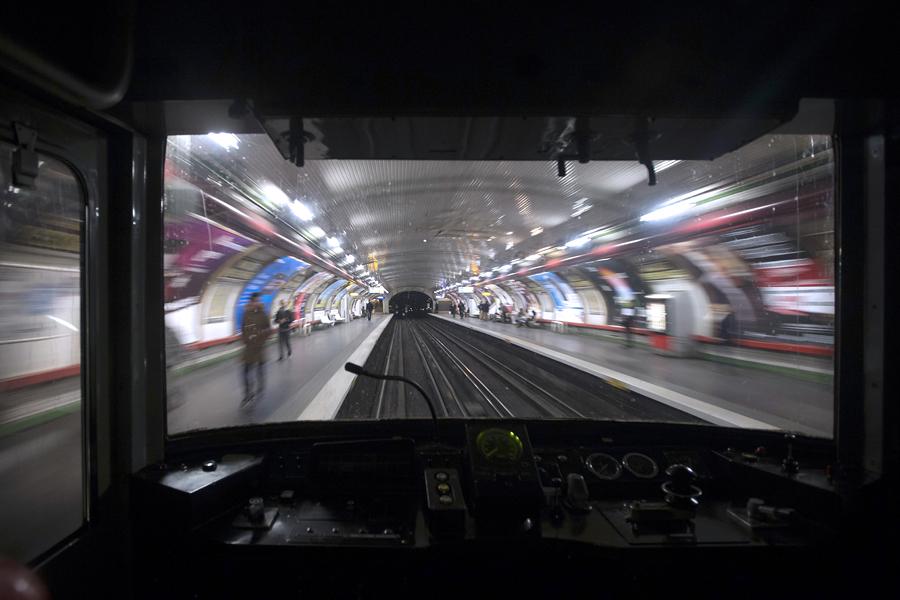 Трагедия в метро Нью-Йорка: девушка столкнула мужчину под поезд
