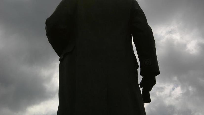 Украинские коммунисты в Днепродзержинске демонтировали памятник Ленину и перенесли его в музей