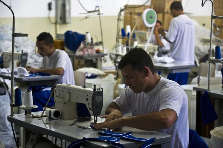 Воры и убийцы на службе высокой моды: заключенные шьют эксклюзивные вещи для бразильского дизайнера