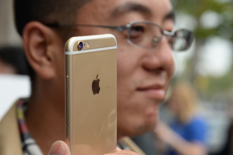 В Китае покупателям iPhone 6+ предлагают увеличить карманы на одежде, не отходя от кассы