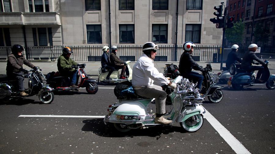 Водителей маломощных скутеров могут обязать получать водительские права