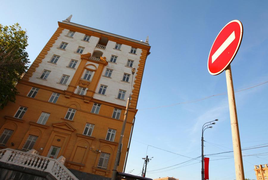 В посольство США в Москве перестали пускать со всеми электронными приборами и духами