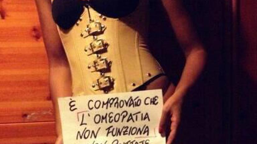 Селфи-декольте: итальянки несут науку в массы с помощью своей груди