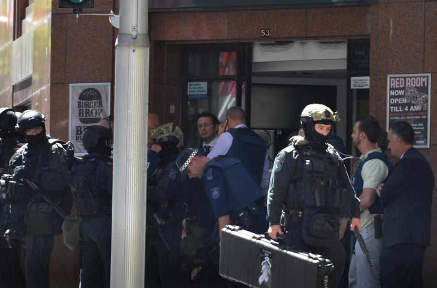 В центре Сиднея террорист с исламским флагом захватил десятки заложников — хроника событий