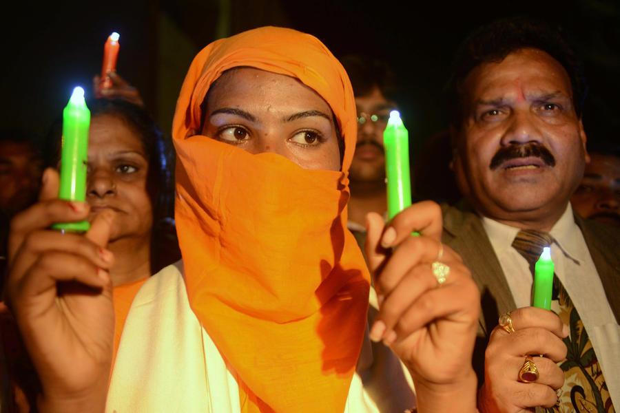 Индийская полиция ищет преступников, обливших четырех сестер кислотой