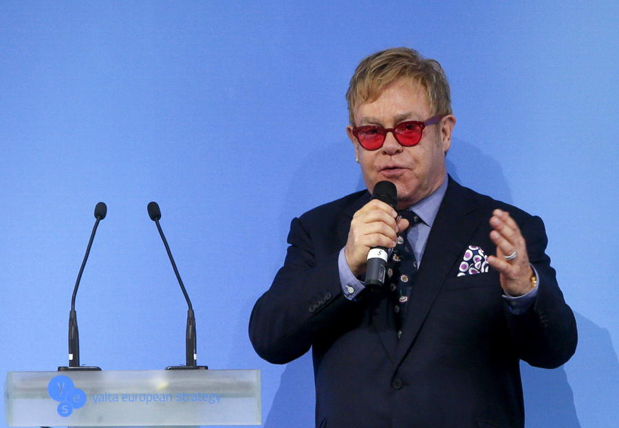 СМИ: Элтон Джон во время разговора с Владимиром Путиным попросил о личной встрече
