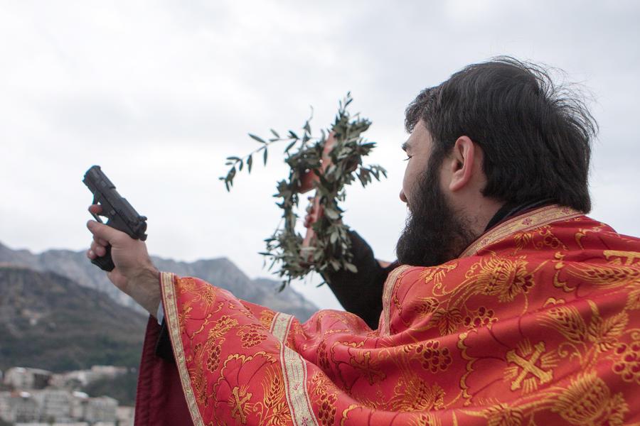 Пистолетом и добрым словом: священник из Ельца защитил честь дочери с оружием в руках