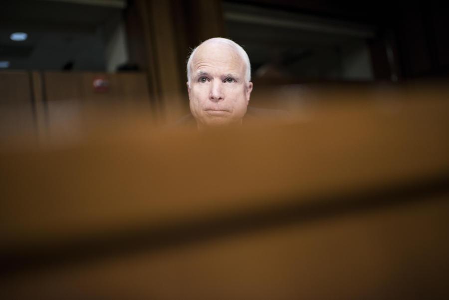 Игры патриотов: сенатор Джон Маккейн решил перекинуться в покер во время слушаний по Сирии