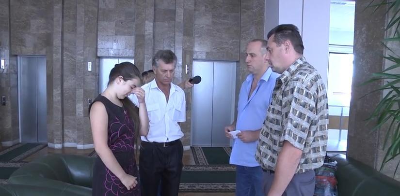 Депутаты Новороссии взяли под опеку девочку, семья которой погибла в результате обстрелов силовиков