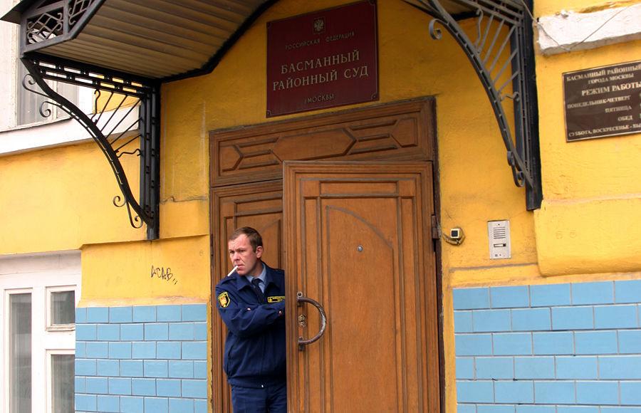 Басманный суд отказался арестовать приемного отца Димы Яковлева