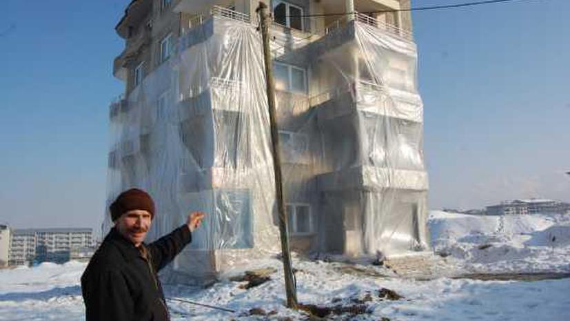 Житель Восточной Турции завернул свой дом в полиэтилен для защиты от мороза
