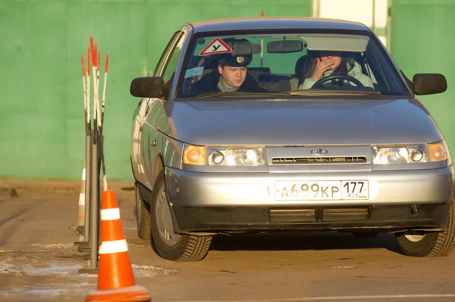 СМИ: Инструкторы по вождению не смогли выполнить новые упражнения ГИБДД для сдачи на права