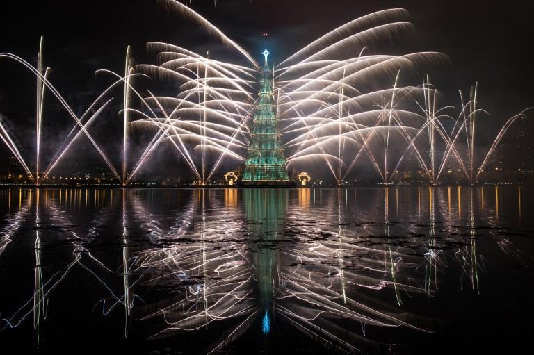 Самую высокую в мире рождественскую ёлку зажгли на воде в Рио-де-Жанейро