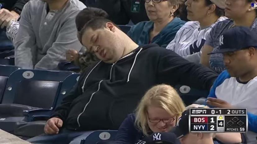 Бейсбольный болельщик подал в суд на телеканал, показавший его спящим во время матча