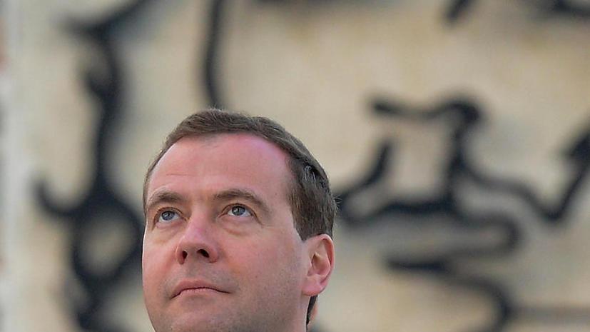 Медведев: У меня к Суркову претензий нет, уйти в отставку – это его выбор