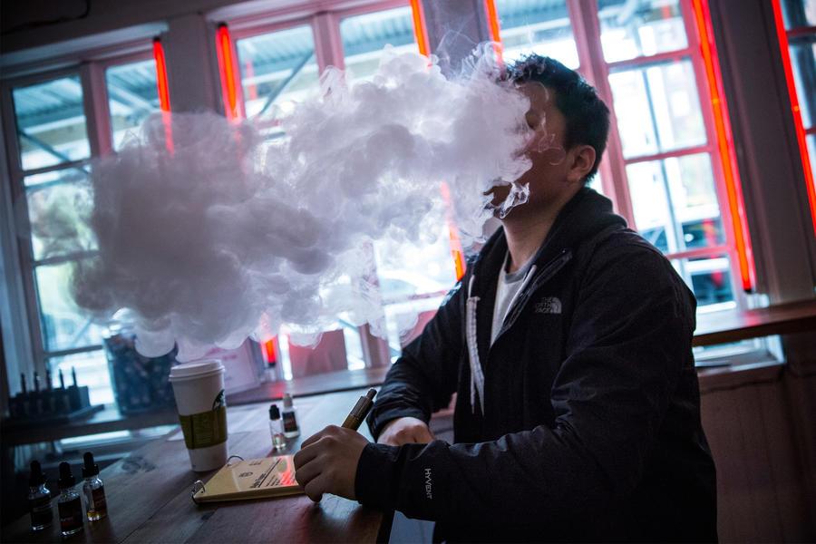 В Нью-Йорке вступает в силу запрет на использование электронных сигарет в общественных местах