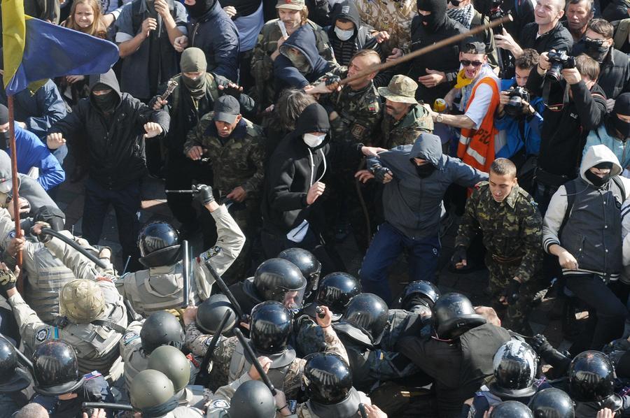 Украинский политолог: Верховная рада принимает законы, которые ведут к расколу общества