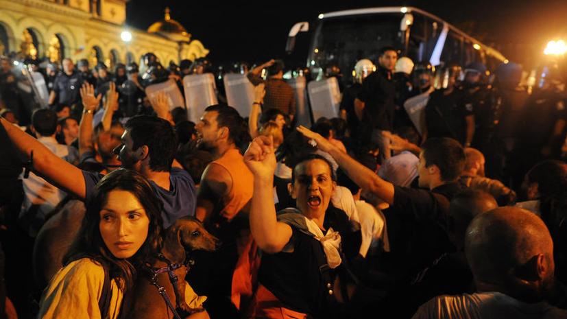 Болгарские митингующие заблокировали депутатов в здании парламента