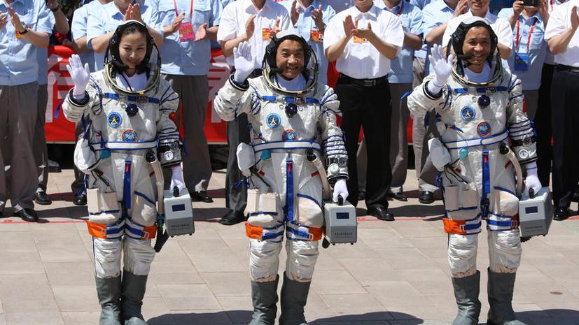 Экипаж китайского космического корабля вернулся на Землю после 15-дневного полёта