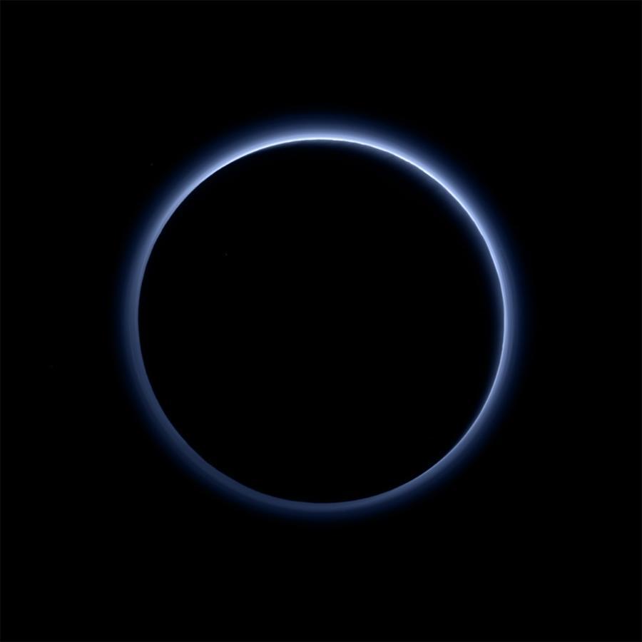 На Плутоне есть красный лёд и голубое небо