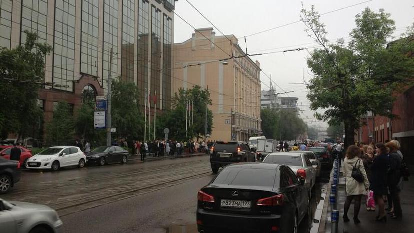 «У нас шатается здание» - россияне рассказывают о землетрясении в социальных сетях