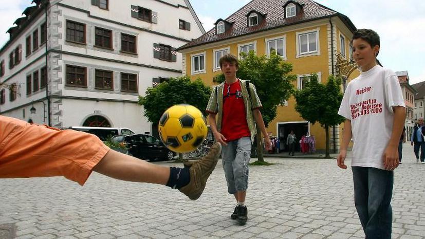 Российских школьников научат футболу