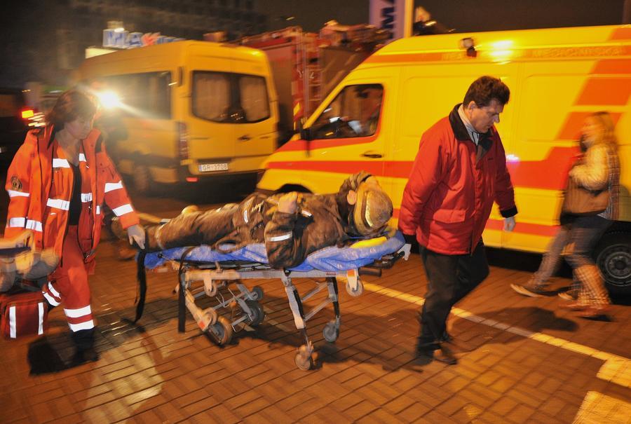 При обрушении торгового центра в Риге погибли 43 человека, под завалами могут находиться десятки пострадавших