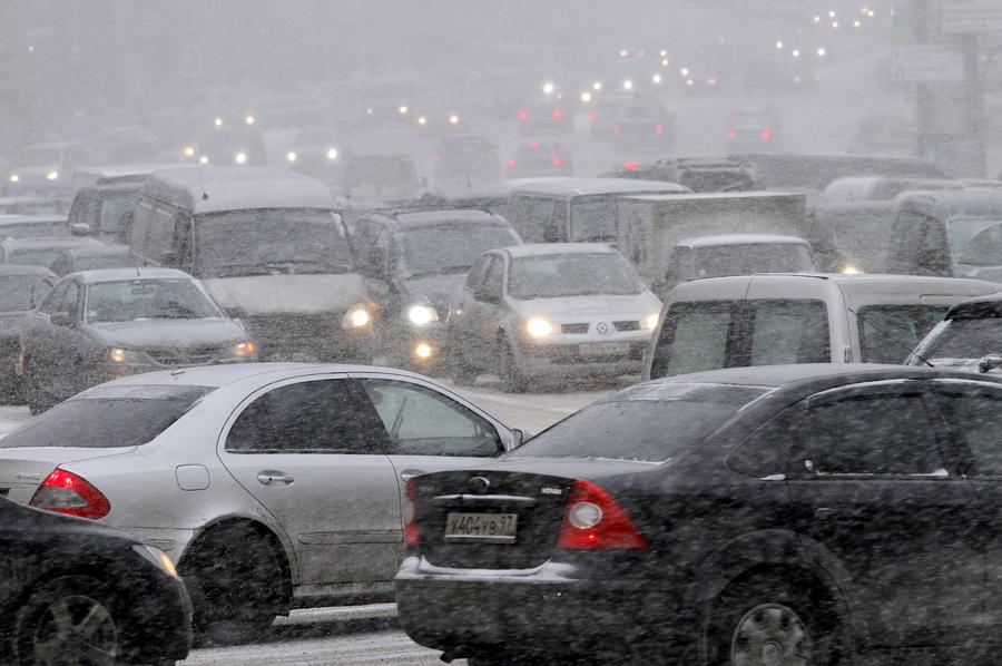 Снегопад парализовал движение по МКАД