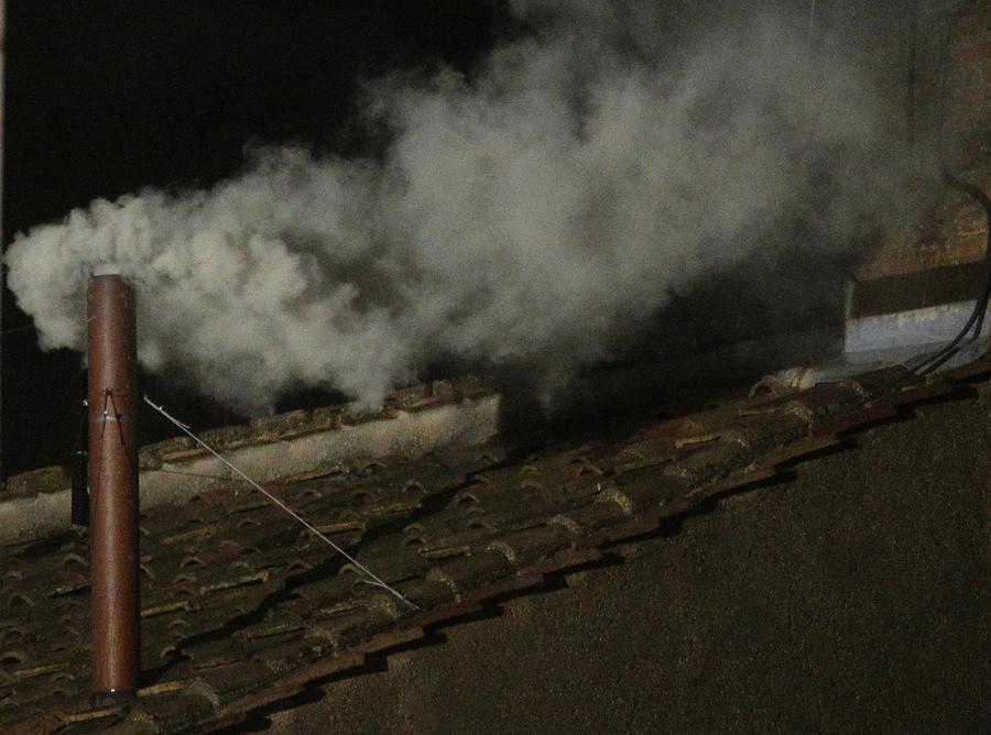 Папа избран: из трубы Сикстинской капеллы пошел белый дым