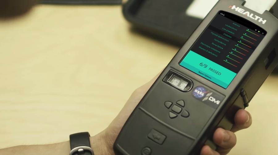 Робот-доктор: Новое устройство анализирует сотни показателей здоровья по капле крови