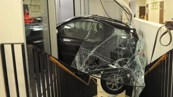 Пожилая швейцарка припарковалась внутри школьного здания
