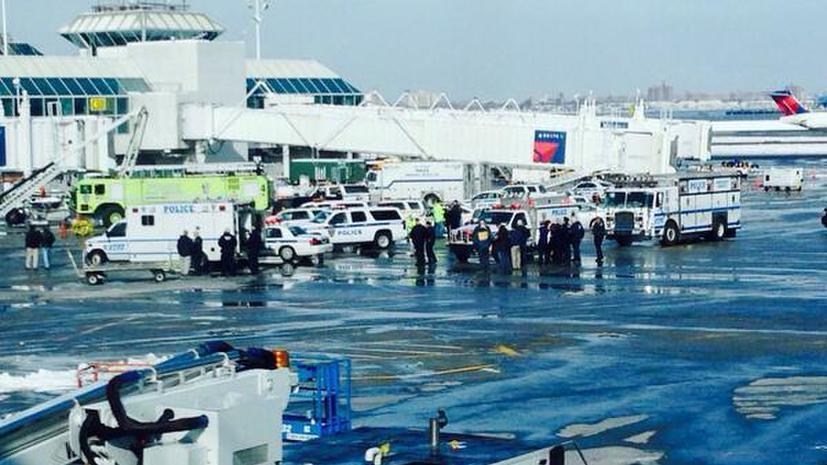 Терминал «С» нью-йоркского аэропорта Ла Гуардиа эвакуируется из-за дымящегося багажа