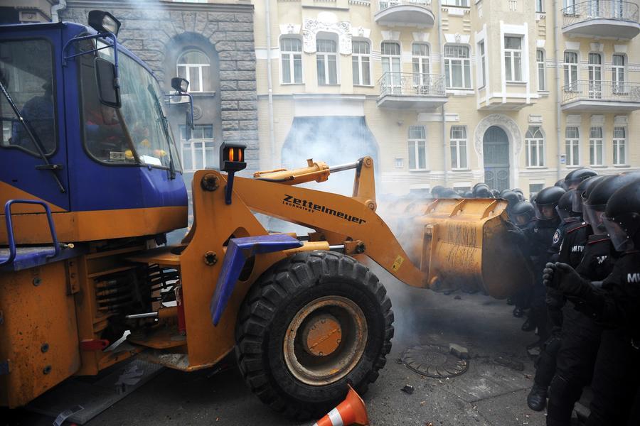 Многотысячный митинг в Киеве перерос в столкновения с милицией