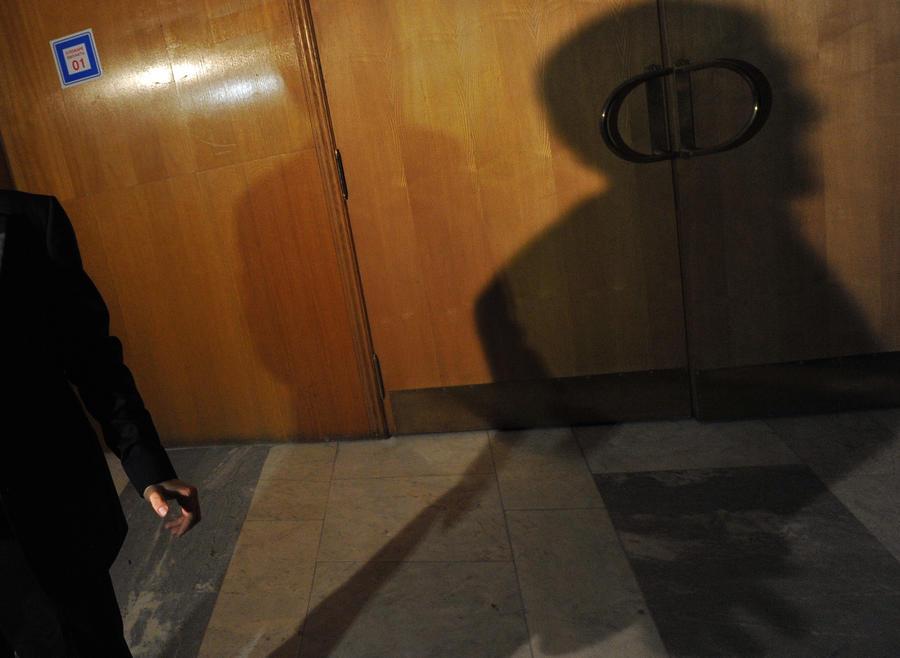 Астраханский террорист отпустил еще одну заложницу, у него в плену остались трое