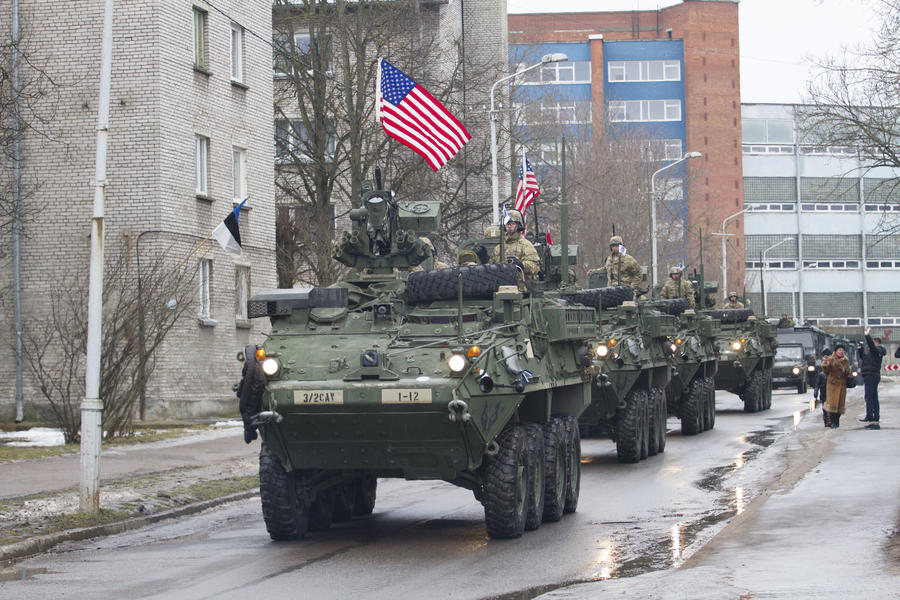 Американские БТР приняли участие в параде в 300 метрах от границы с Россией