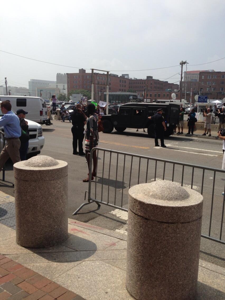 Джохар Царнаев доставлен в районный суд Бостона и ожидает начала слушаний