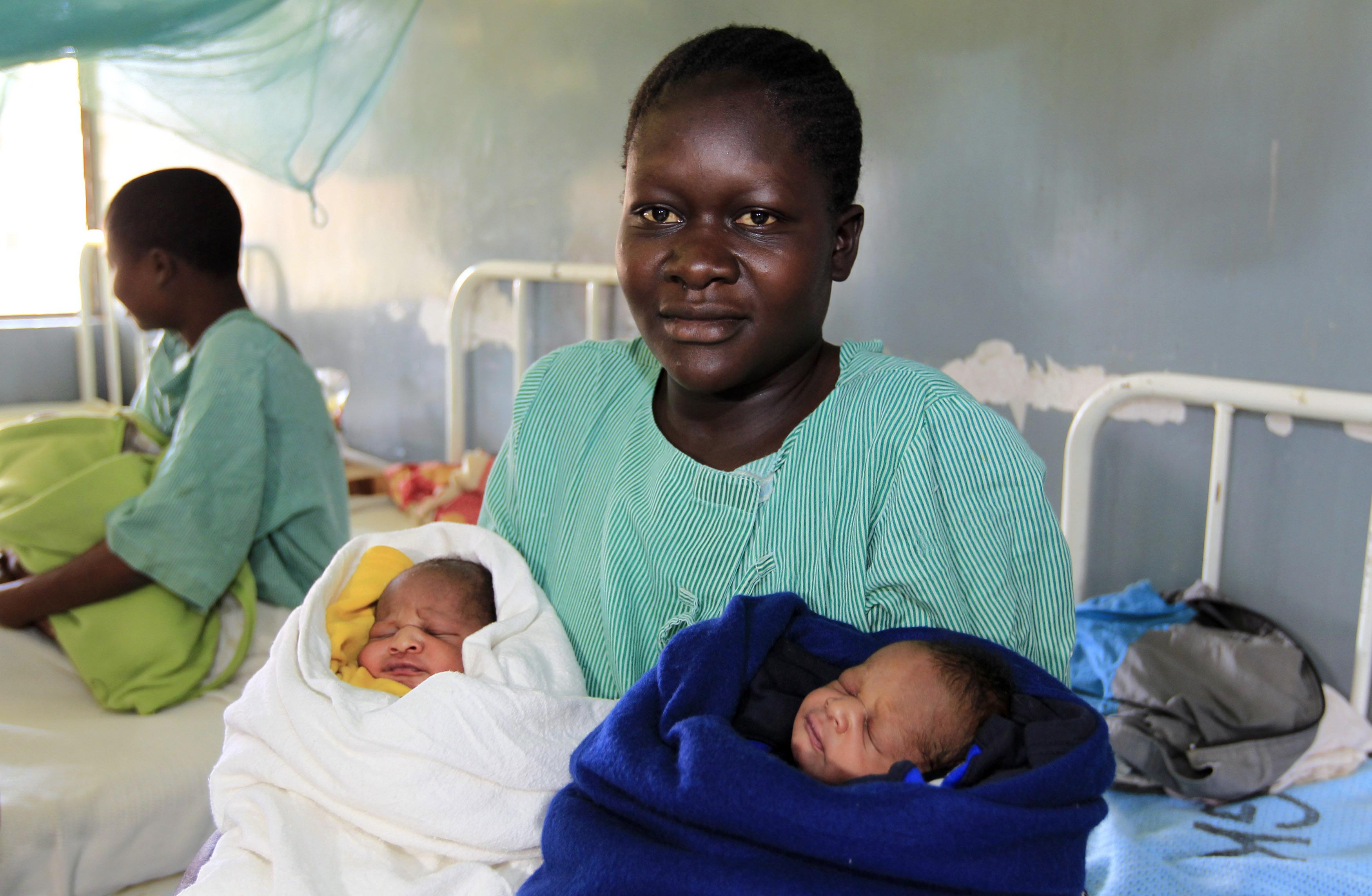 Кенийка назвала близнецов Бараком Обамой и Миттом Ромни