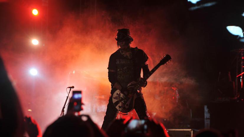 Полиция Лас-Вегаса позволила гитаристу Guns N' Roses покатать свою возлюбленную на ведомственном вертолёте